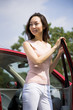車から降りた若い女性
