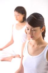瞑想をする女性たち