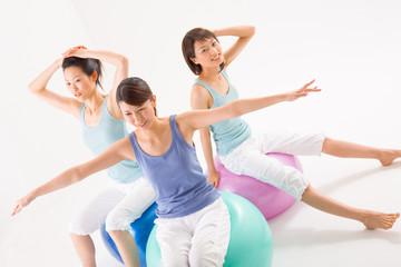 バランスボールに座る女性たち
