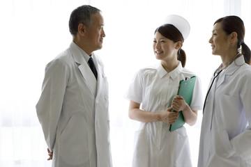 会話をする医師と看護師