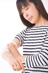 腕を痛めた女性