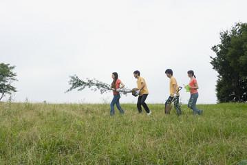 植林をする若者