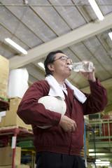 水を飲む中年男性