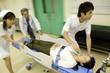 ストレッチャーで急患を搬送する看護士と医師