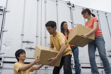 救援物資を運ぶ若者