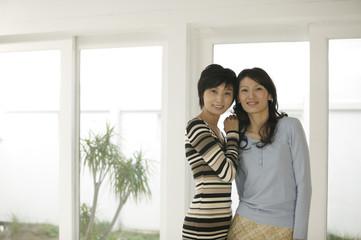 笑顔の女性2人