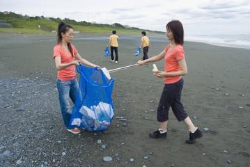 海岸の清掃をする若者