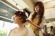 髪にロットを巻かれる女性