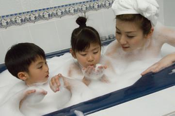 入浴中の親子