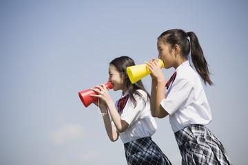 メガホンを持つ中学生