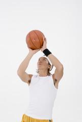 バスケットをする男性