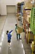倉庫内で作業する男女