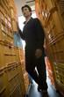 倉庫内を歩く若い男性