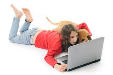 bambina e cane con computer