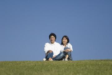 公園で過ごす夫婦
