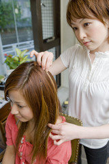 髪型の相談をする美容師と女性