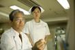 男性医師と女性看護士