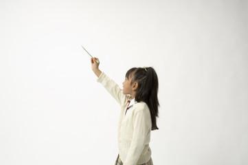 鉛筆を持つ小学生の女の子
