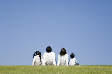 公園で過ごす若い家族
