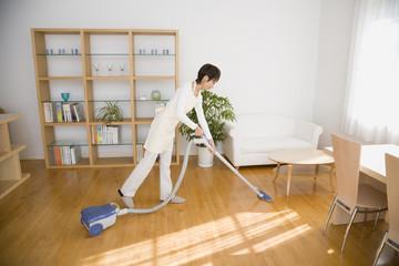 掃除機をかける20代主婦