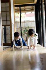 部屋の掃除をする子供たち
