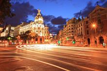 La rue Gran Via de Madrid, en Espagne pendant la nuit