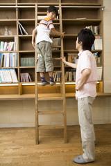 はしごに登る男の子と父親