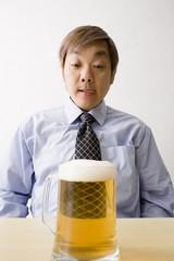 ビールジョッキを眺める中年男性