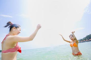 青空と海と水着の女性二人