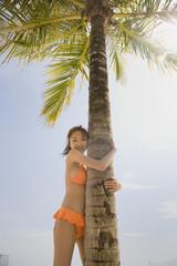 ヤシの木と水着の女性