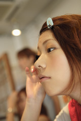 マスカラを塗る女性