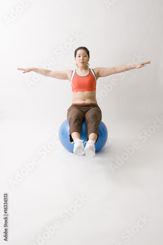 バランスボールをする中年女性