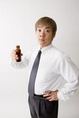 ドリンク剤を持つ中年男性