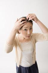 白髪を気にする中年女性