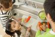 キッチンで料理をする親子3人