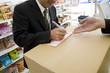 宅配便の伝票を書く男性