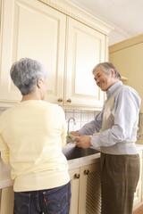 キッチンに立つシニアカップル