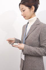 名刺を持つ女性