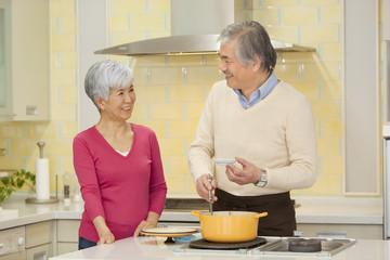 キッチンに立つ老夫婦