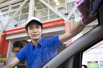 窓を拭く男性店員