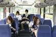 バスの座席に座っている男女5人