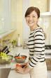 キッチンで野菜を切る女性