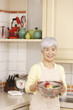 野菜の入ったかごを持つシニア女性