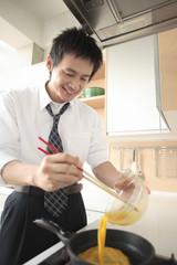 卵を料理をする男性
