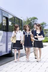 バス亭から歩きだす男女5人
