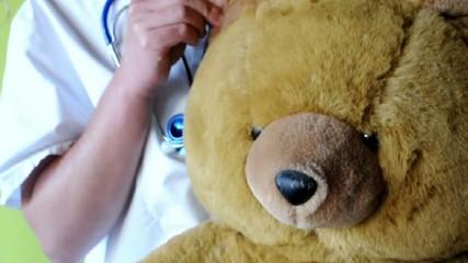 Dr.Teddy Ohren untersuchen