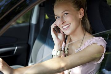 frau telefoniert im auto