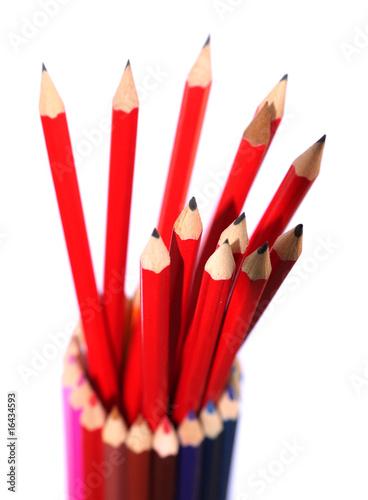crayons noirs dans un pot de crayons de couleurs
