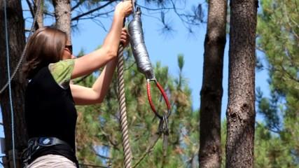 femme sautant de l'arbre