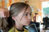 couper les cheveux au salon de coiffure poster
